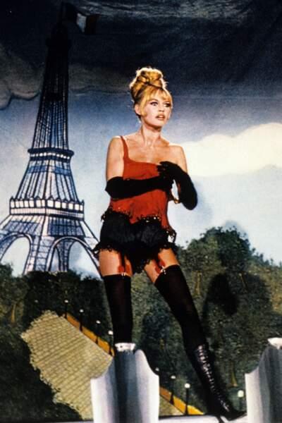 Le plus cocardier : Brigitte Bardot chante et joue les petites femmes de Paris avec Jeanne Moreau dans Viva Maria.