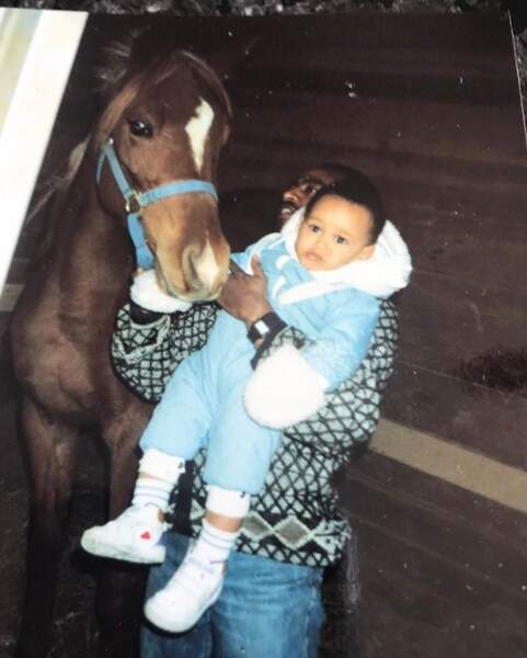 Qui est ce petit garçon qui préfèrerait être ailleurs qu'à côté de ce cheval ? C'est The Weeknd.