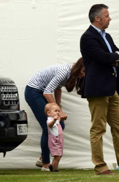 Et non ! Aujourd'hui, le royal bambin commence à marcher et il compte bien en profiter !