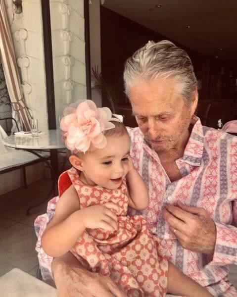 Moment de douceur entre Michael Douglas et sa petite-fille, Lua.