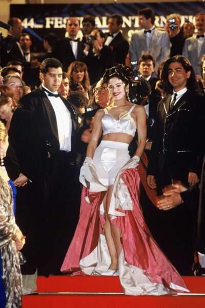 """Arborant les fameux """"seins coniques"""" du couturier, Madonna a monté les marches du Festival de Cannes en 1991"""