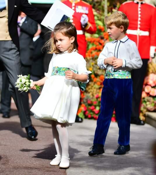 La princesse Charlotte et le prince George à la sortie de la chapelle Saint-George