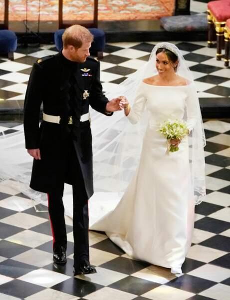 Après l'échange des voeux, le couple a descendu traditionnellement l'allée, main dans la main