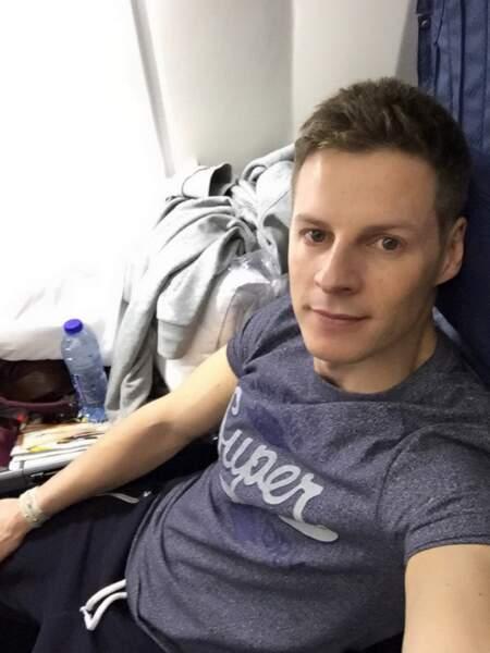 Ambiance décontractée dans l'avion pour Matthieu Delormeau en survêtement.