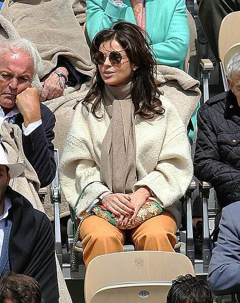 Caroline Barclay radieuse et enjouée, son voisin visiblement ennuyé par la prestation du Suisse sur le court