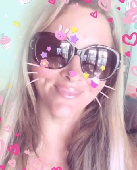 Loana préfère les petits lapins roses aux vrais animaux et nous offre un selfie pimpé