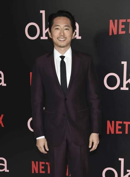 Steven Yeun est un homme changé une fois sur le tapis rouge