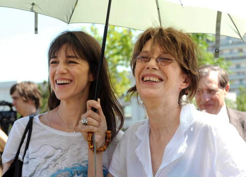Jane Birkin et Charlotte Gainsbourg affichent le même grand sourire !