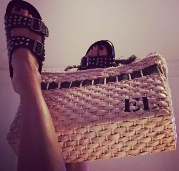 Et Estelle Lefébure portait son sac avec ses pieds. Audacieux.