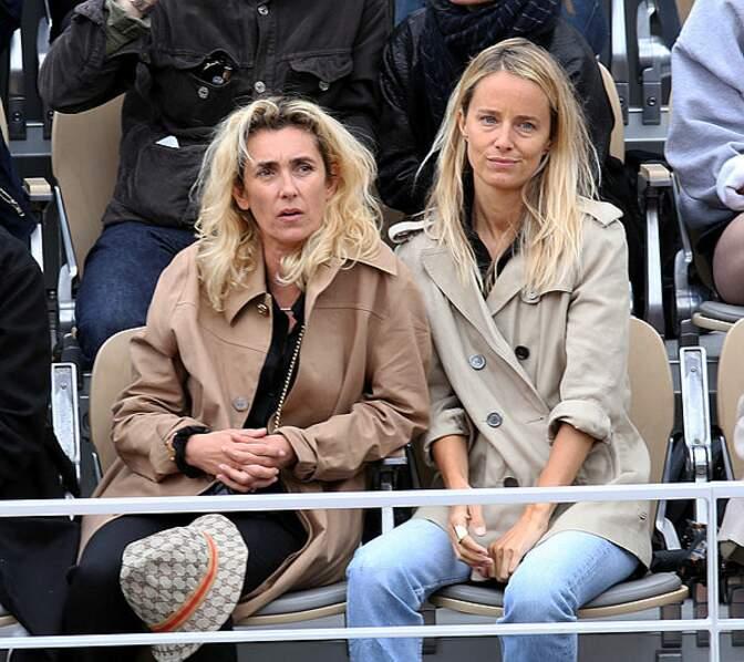 Mademoiselle Agnès (à gauche), distraite par un spectateur dans une autre tribune ?
