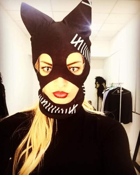 Quand elle pose pas avec des animaux, Emilie se déguise... en chat par exemple.