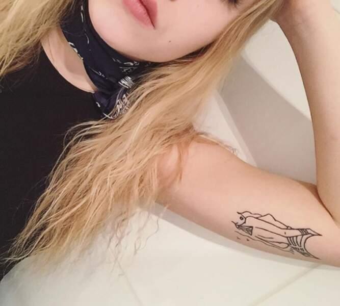 La jeune femme s'est également fait un tatouage au bras