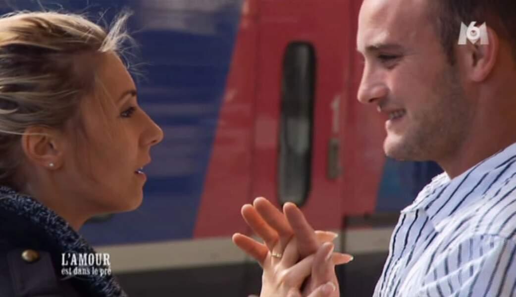 Justine et Bertrand se disent à bientôt sur le quai de la gare.