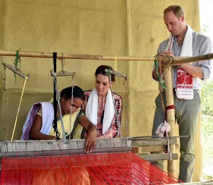 Dans un atelier traditionnel de tissage de vêtement en soie