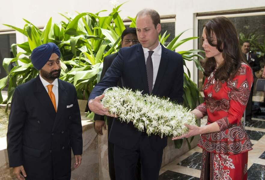 Puis ils se sont rendus au Taj Hotel pour rendre hommage aux victimes de l'attaque terroriste de 2008
