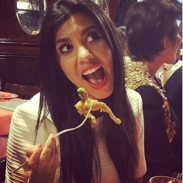 """Voici, Kourtney la plus """"normale"""" des soeurs Kardashian, qui déguste des grenouilles à Paris"""