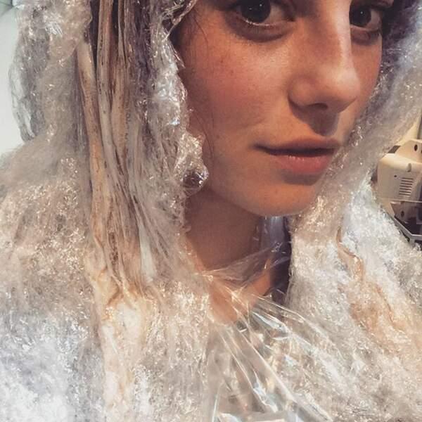 À défaut d'avoir du plastique sur le visage, elle l'a dans ses cheveux