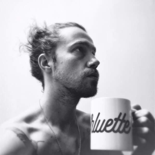 Un petit thé avec Julien Doré torse nu pour reprendre des forces ?