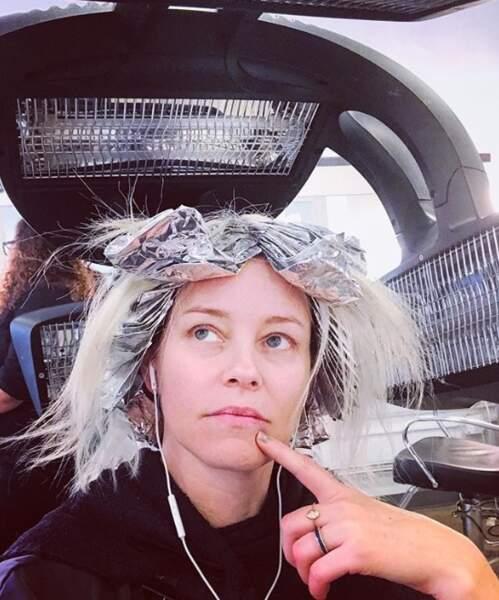 Elizabeth Banks est comme tout le monde : elle s'ennuie chez le coiffeur.