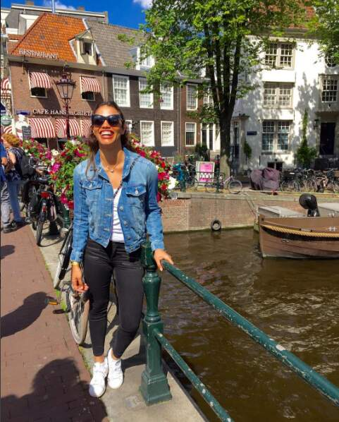 Tout sourire lors d'un week-end en amoureux à Amsterdam