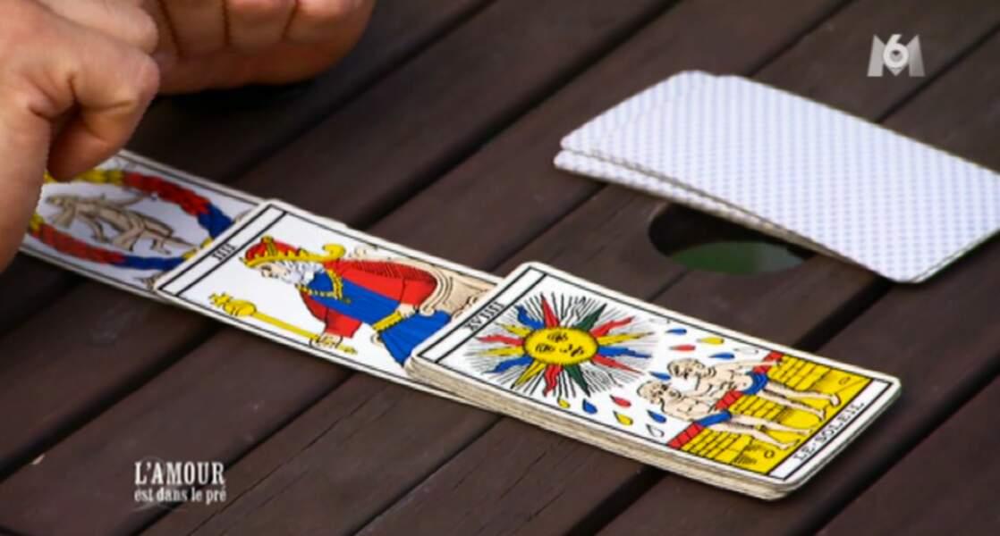 Christophe tire les cartes pour Caroline.