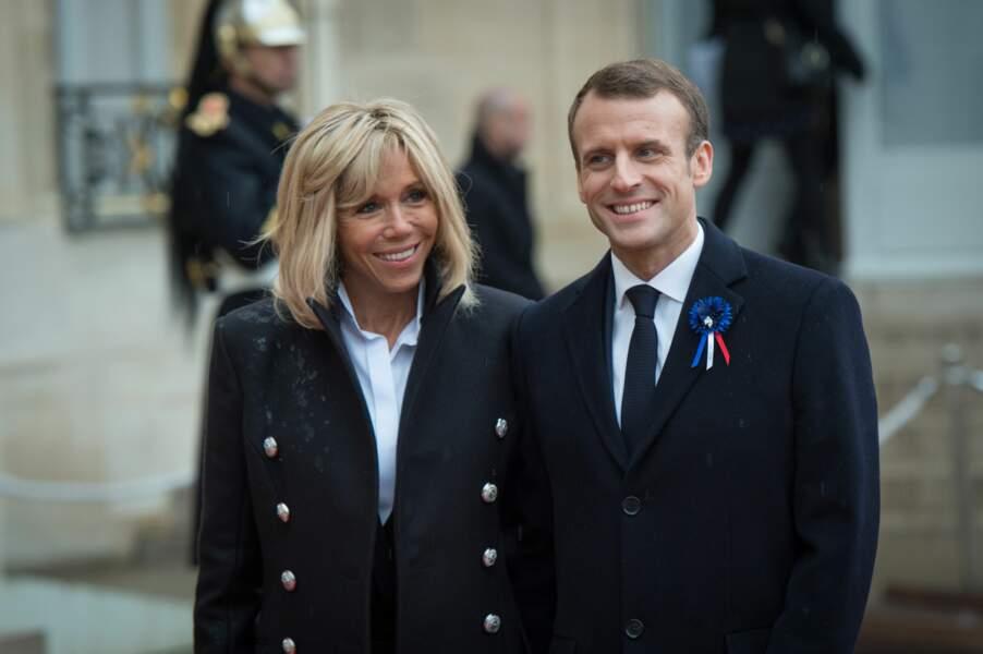 Malgré la pluie, Brigitte et Emmanuel Macron ne perdent pas le sourire