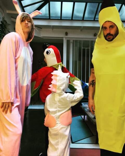 Au contraire, son chéri est aussi exubérant qu'elle et lui donne la banane !