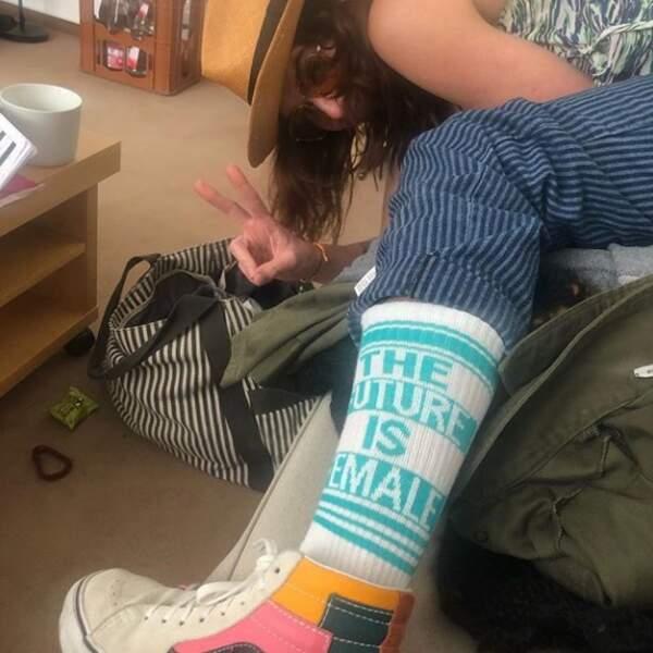 Oui, Cersei Lannister raffole des baskets colorées et des chaussettes à messages ! Lena Headey,vraie fashionista !
