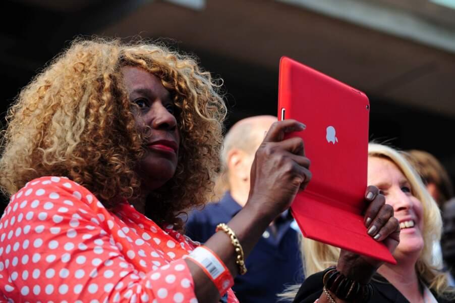 Point fashion N°1 : iPad assorti à la tenue, au bracelet et au rouge à lèvres pour la mère de Serena Williams.