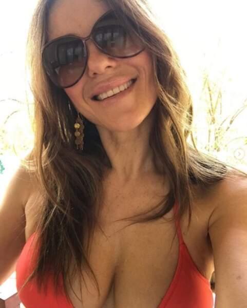 Liz Hurley a pris des selfies en bikini pour célébrer son 54e anniversaire.