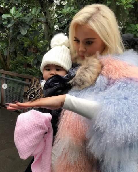 Tout aussi chou : la petite True a fait un tour au jardin botanique avec sa maman Khloé Kardashian.