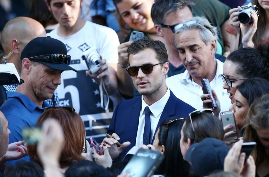 L'acteur britannique qui incarne Christian Grey a même pris le temps de rejoindre les nombreux fans
