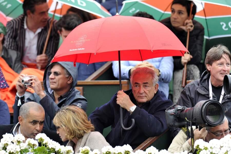 Dominique Strauss-Kahn, plus prévoyant, avait amené son parapluie.