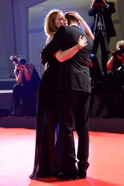 Moment tendre entre Amy Adams et Jeremy Renner à Venise lors de la présentation de Premier contact