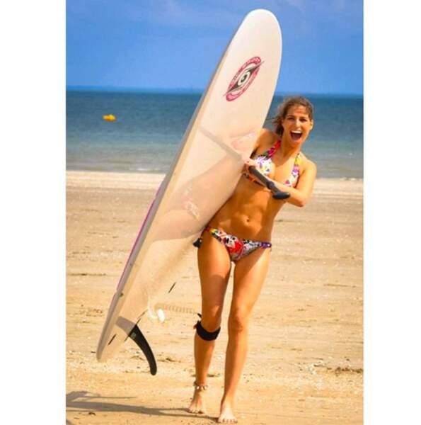 Ah mais qui voilà ? Laury Thilleman et sa meilleure amie : la planche de surf !