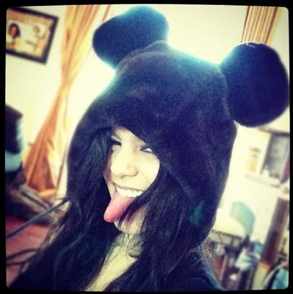 La jeune femme est prête pour affronter les températures hivernales avec son bonnet d'ourson