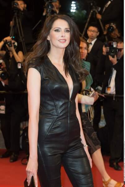 La superbe Frédérique Bel, sexy à souhait dans cette tenue moulante, au décolleté vertigineux !