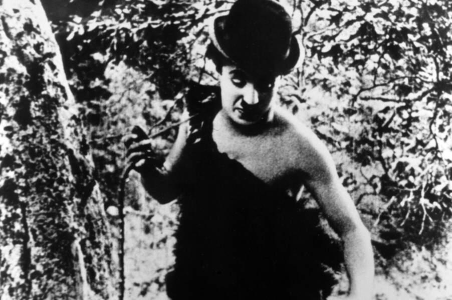 Charlie Chapin rêve qu'il est plongé en pleine Pré-histoire dans Charlot nudiste (1914)