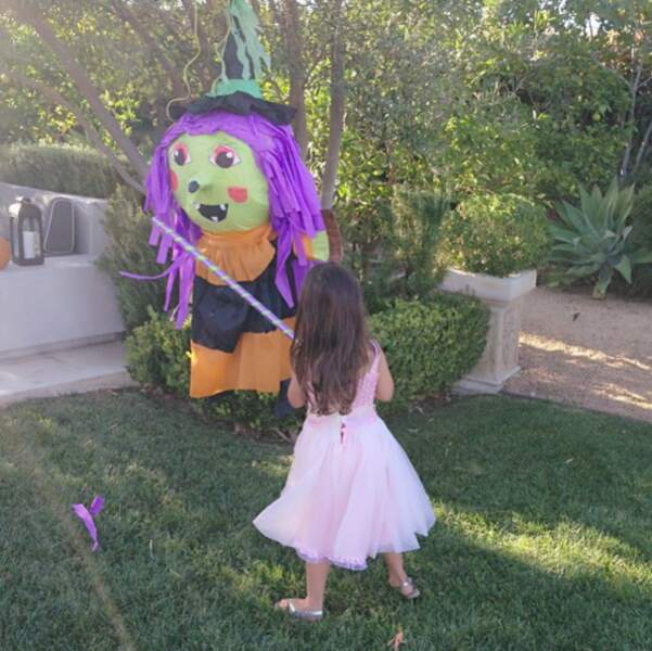 Et elle a même eu droit à une piñata sorcière !