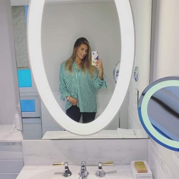 Camille Cerf prend un selfie à l'Hotel Hilton de Paris