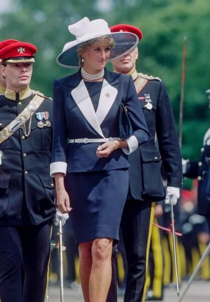 De plus en plus lumineuse en visite à la base militaire de Bergen en 1995