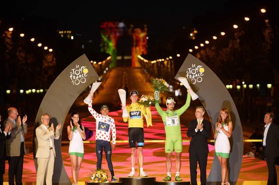 Les trois maillots distinctifs réunis sur le podium avec l'Arc de Triomphe en fond