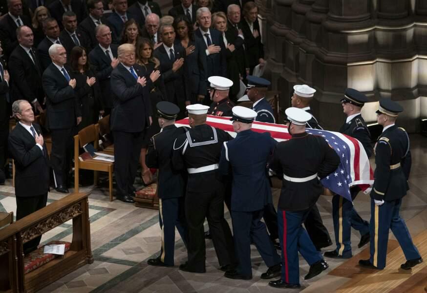 Suivant le protocole, le cercueil est porté par des militaires à son départ de la cathédrale