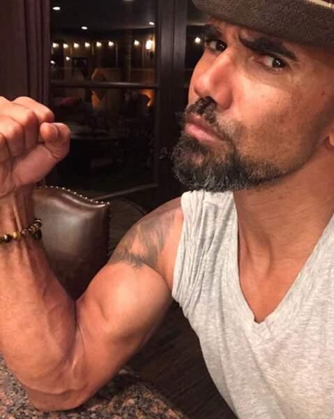 Shemar Moore bande ses muscles.