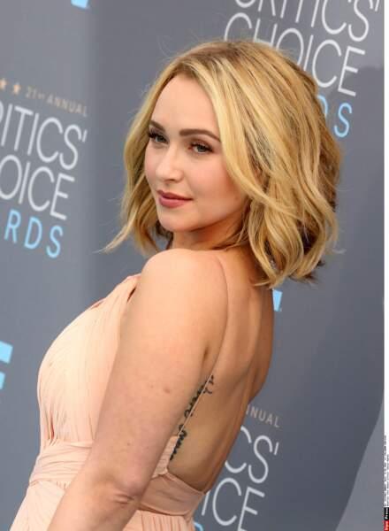 Hayden Panettiere (Heroes, Nashville) utilise son tatouage pour accessoiriser sa robe