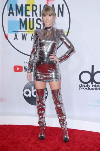 Total look boule à facette pour Taylor Swift