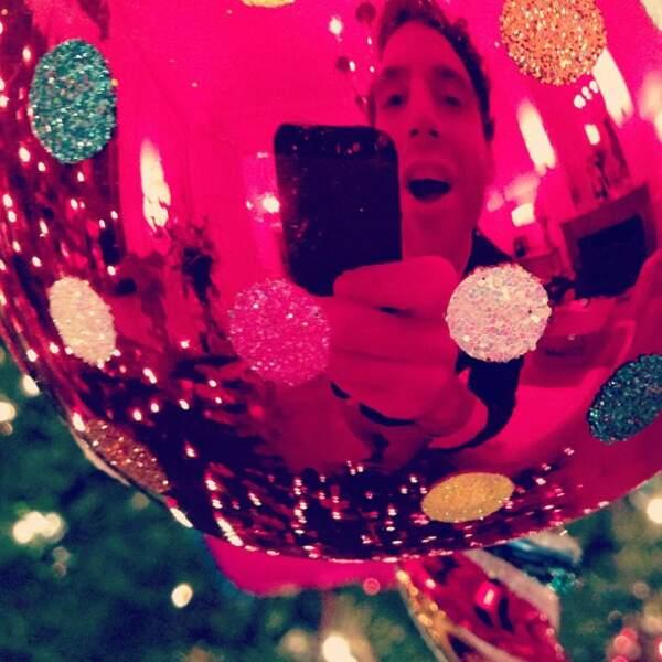 Voici une selfie de Mika à travers une boule de Noël