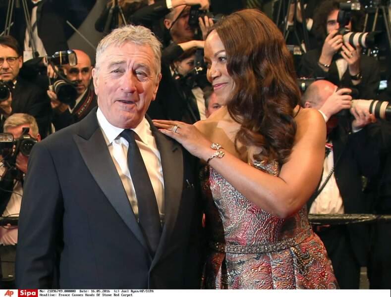 Robert De Niro, trop chou aux bras de sa femme Grace Hightower, qui le regarde avec les yeux de l'amour