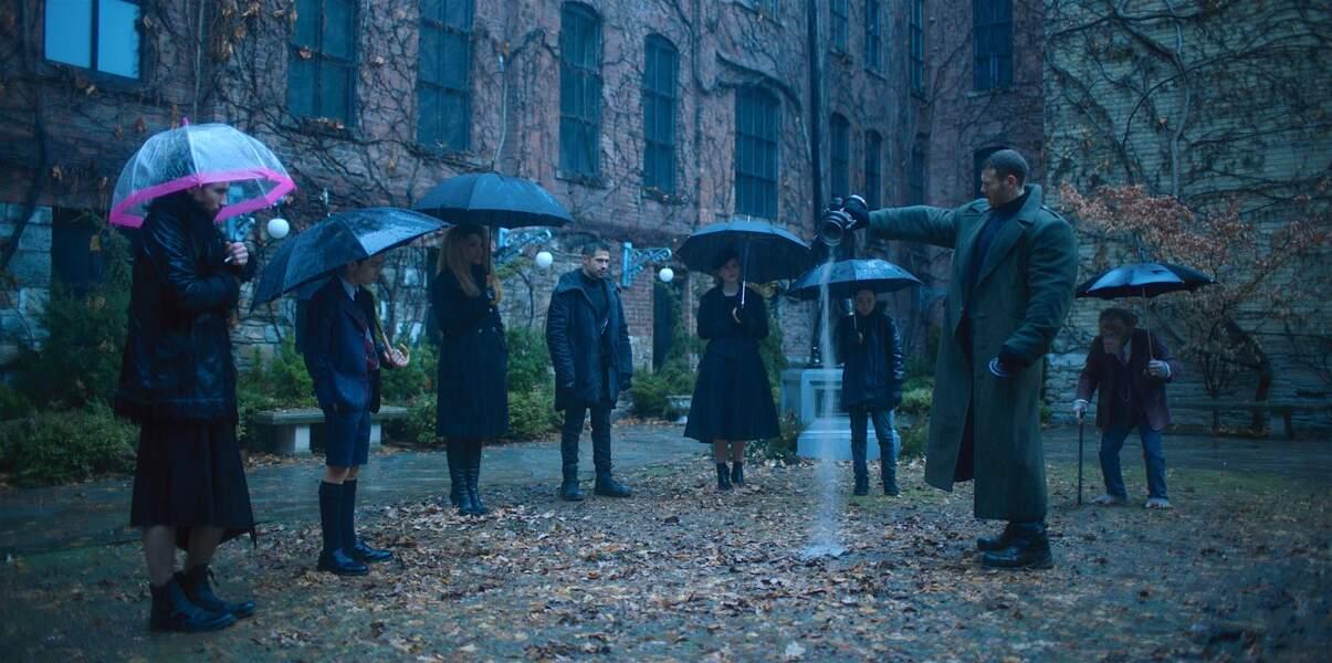 """... et six d'entre eux se retrouvent après le décès de leur """"père"""" Reginald. Mais de quoi est-il mort ?"""