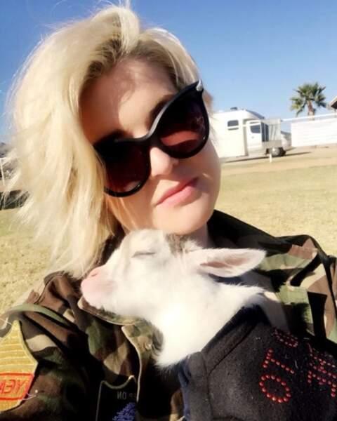 Jalousie ultime : Kelly Osbourne a fait du yoga avec des chèvres et on veut être aussi zen qu'elles.